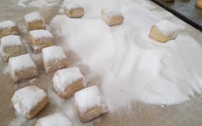 Mantecados blancos en la mesa - Productos Santa Gema